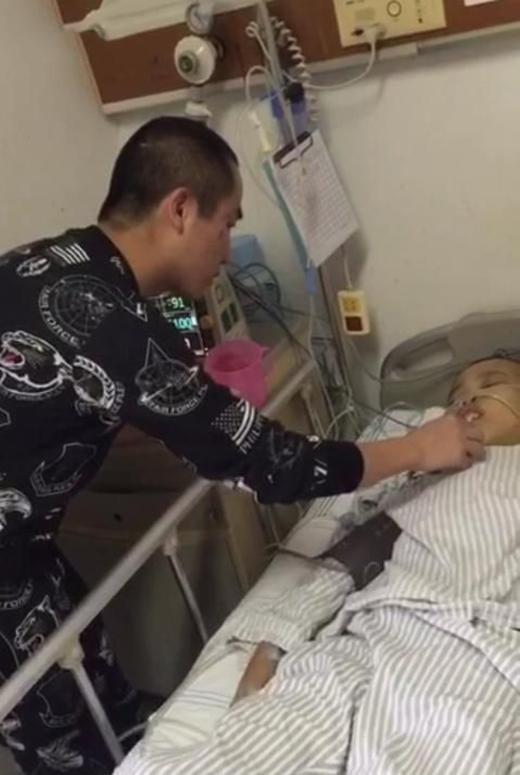 Ca phẫu thuật của Trần Sơn khá thành công và anh chàng hiệnđang được các bạn bè thân thiết chăm sóc.