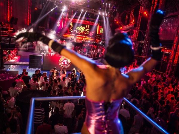 Nằm trong quần đảo Baleares, Tây Ban Nha, Ibiza không chỉ là hòn đảo có cảnh sắc thiên nhiên tuyệt đẹp, kiến trúc độc đáo mà còn là trung tâm hội hè của cả khu vực với vô số câu lạc bộ khiêu vũ, ca hát và những buổi tiệc thâu đêm suốt sáng.