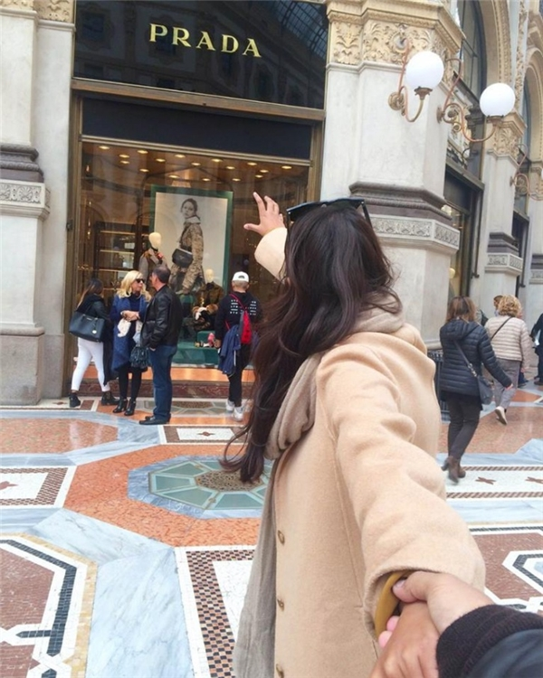 """Lấy ý tưởng từ loạt ảnh """"Follow me"""", Lyndemvà Singhtạo nên bô ảnh hài hước khicùng nắm tay nhau chụp ảnhtrước các cửa hiệu thời trang xa xỉ tại Milan."""