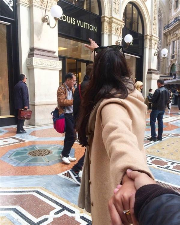Nắm tay em thật chặt, giữa tay em thật lâu... để hứa với nhau không đi tới phía trước cửa hàng.