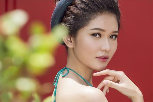 Thùy Dung làm nổi bật những đường nét thanh tú trên gương mặt với tông trang điểm tự nhiên, màu môi mận ngọt và đôi gò má ửng hồng.