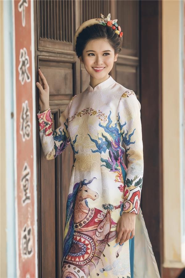 Á hậu Thuỳ Dung tha thướt với áo dài cách tân