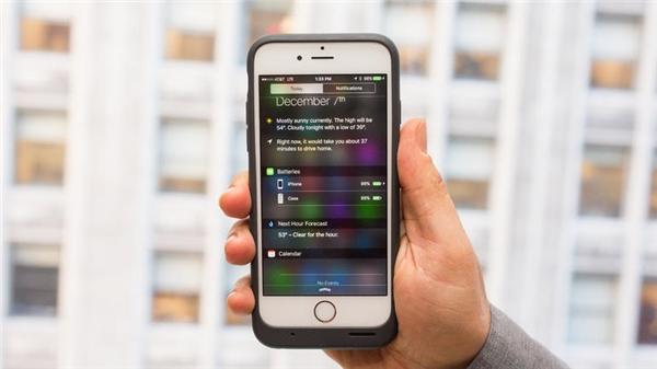 Đặt iPhone vào sẽ tự động sạc và hiển thị mức dung lượng pin. (Ảnh: internet)
