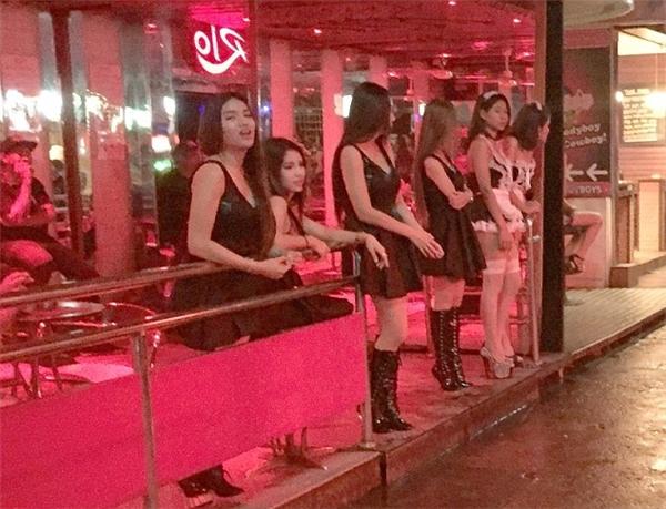Phố đèn đỏ Thái Lan hoạt động trở lại sau 10 ngày quốc tang.(Ảnh: Daily Mail)