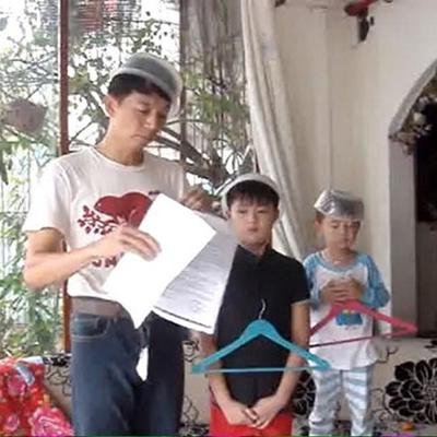Anh Xuân Trí cùng hai cậu con trai đã khiến cư dân mạng được một phen cười ngất vì độ hài hước của họ.