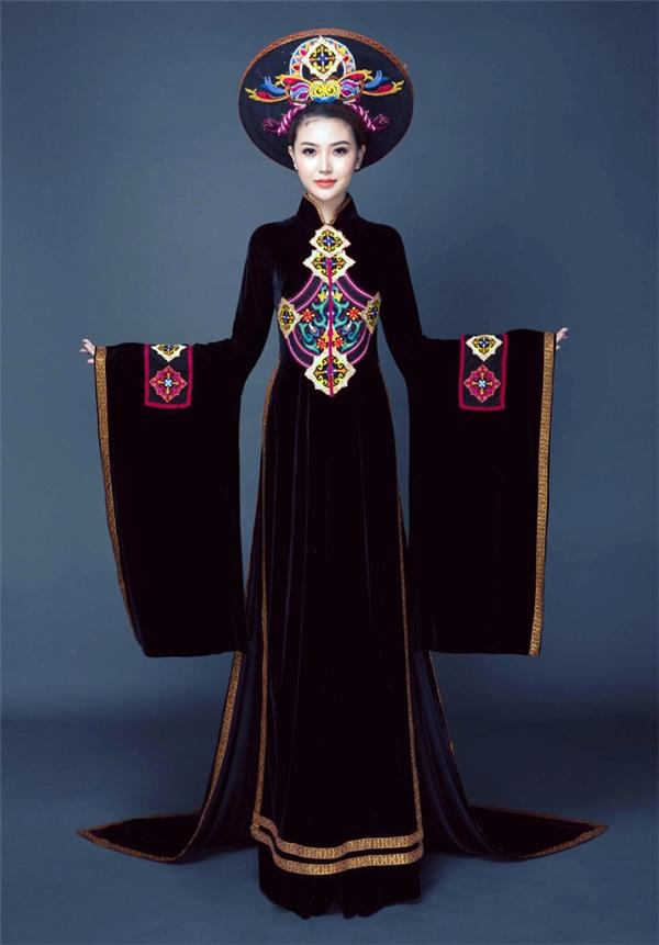 Trong phần thi trang phục dân tộc, Ngọc Duyên chọn áo dài thổ cẩm đặc trưng của dân tộc miền núi phía Bắc Việt Nam do nhà thiết kế Nhật Dũng thực hiện.
