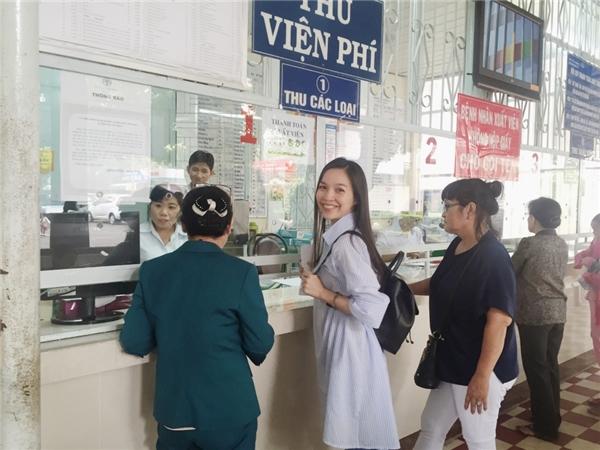 Tại buổi đi thăm, Hiền Thục đã hỗ trợ viện phí cho 30 em nhỏ có hoàn cảnh thương tâm. - Tin sao Viet - Tin tuc sao Viet - Scandal sao Viet - Tin tuc cua Sao - Tin cua Sao