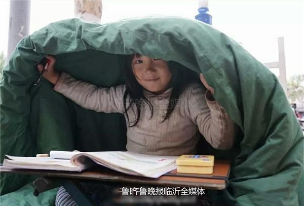 Nụ cười hạnh phúc của em vì được học hành dù cho vất vả.