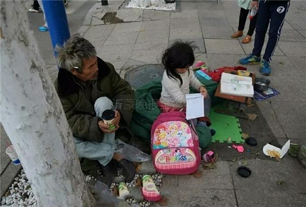Hình ảnhcô bé 6 tuổi nghèo khổ nhưng lại rất chăm chỉ học tập ngay khiến mọi ngườikhông khỏi xót xa.