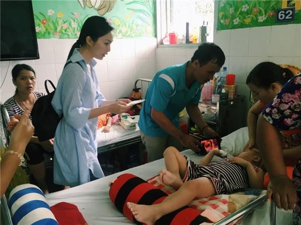 Mỗi tuần Hiền Thục đều ghé Bệnh viện nhi đồng 2 để tìm các bé cần giúp đỡ. Khi đọc báo thấy những người khó khăn cần hỗ trợ, cô cũng gửi tặng họ ít tiền. - Tin sao Viet - Tin tuc sao Viet - Scandal sao Viet - Tin tuc cua Sao - Tin cua Sao
