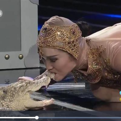 Cô gái hôn cá sấu trước sự chứng kiến của đông đảo khán giả.