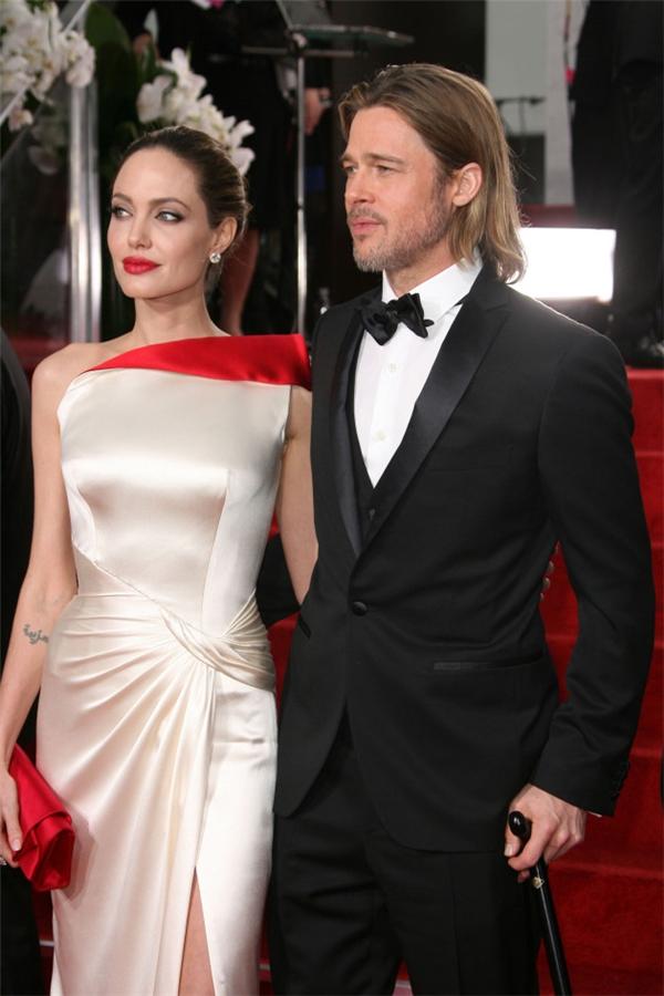 """Angelina viết hồi kí tiết lộ sự thật xấu xí sau vỏ bọc """"hôn nhân vàng"""""""