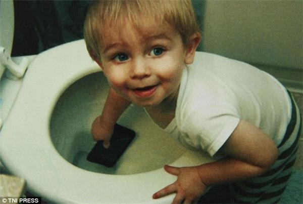 Để đồ công nghệ trong tầm tay trẻ em trong khi cánh cửa phòng tắm để hở như đang gọi mời sẽ có kết cuộc thế này đây. (Ảnh: Internet)