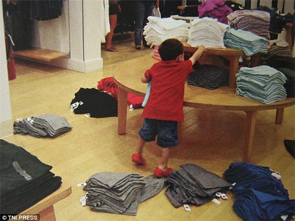 Đây chính là hậu quả của việc để trẻ tung tăng một mình còn bạn thì vô tư thử đồ. (Ảnh: Internet)