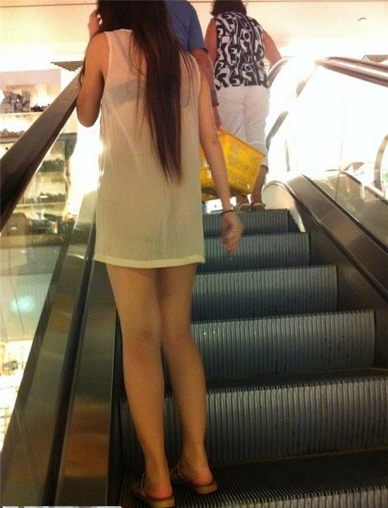 Mốt giấu quần khoe nội y ngày càng phổ biến trong giới trẻ Việt.