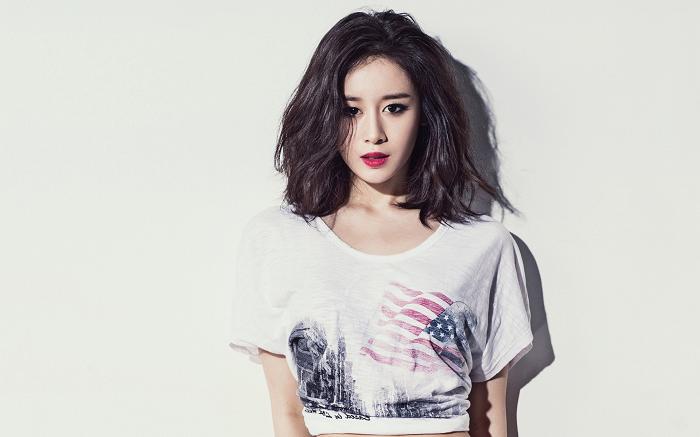 Trong đó, khuôn mặt của Ji Yeon đặc biệt hơn một chút, cô có thể đồng thời mang đến những kiểu nét mặt khác nhau như: Dễ thương, sinh động và quyến rũ.