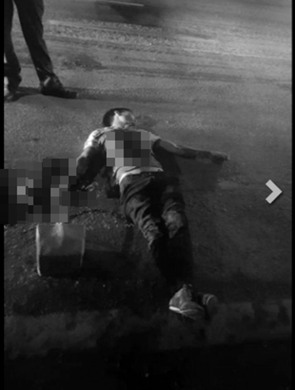 Hình ảnh nam thanh niên tử vong giữa đường, trên người chảy rất nhiều máu. (Ảnh: Internet)