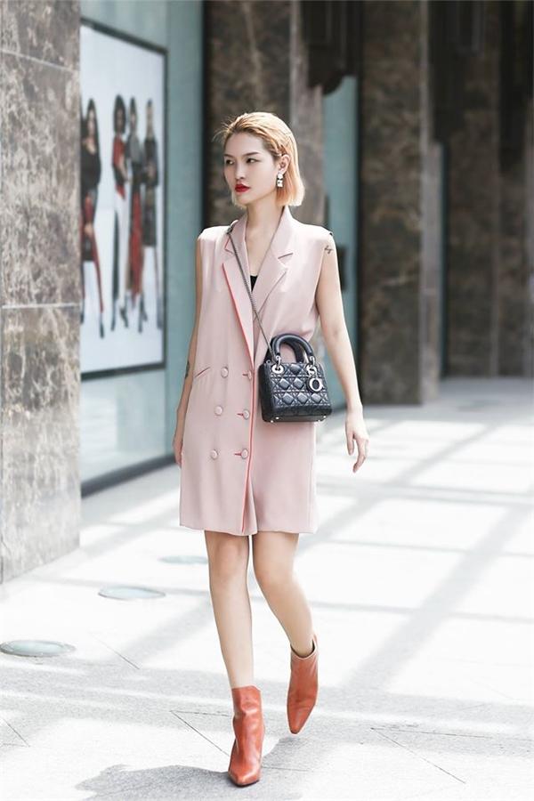 Những mẫu váy tại Elpis Clothing còn thường được khách hàng đánh giá là có đường may tỉ mỉ, chất vải tốt và những mẫu thiết kế lạ, có bản sắc riêng và không đại trà.