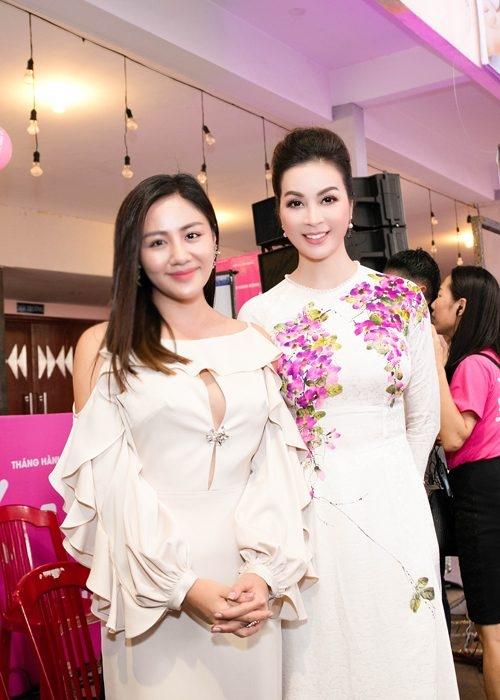 Phong cách thời trang của Văn Mai Hương tiếp tục tuột dốc không phanh với bộ cánh trông như mốt những năm 2000. Có hình thể khá tròn trịa nhưng nữ ca sĩ luôn khiến cô trông béo hơn thực tế.