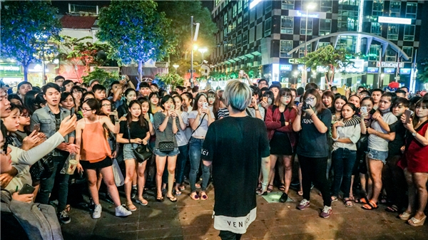 Lou Hoàng tự tin trình diễn 2 ca khúc Đếm Ngày Xa Em và Mình Là Gì Của Nhau trong vòng vây khán giả.
