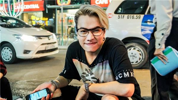 Lou Hoàng gây náo loạn phố đi bộ vì thực hiện lời thách thức của OnlyC
