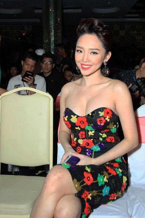 Váy cúp ngực trở thành lựa chọn hàng đầu của nữ ca sĩ trên thảm đỏ hay sân khấu biểu diễn.