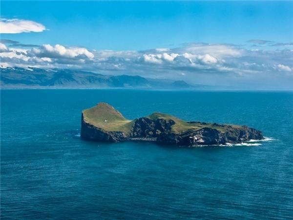 Khó có thể tin được tại sao lại có ngôi nhà lạc lõng giữa hòn đảo này.