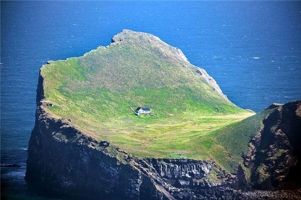 Đây là ngôi nhà do Hiệp hội săn bắn Elliðaey xây dựng lên. Nó được xây năm 1953 với mục đích cho các thành viên trong hội đến săn hải âu cổ rụt.