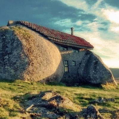 Nội thất ngôi nhà mang một phong cách thôn dã với chất liệu chủ yếu là gỗ và đá.