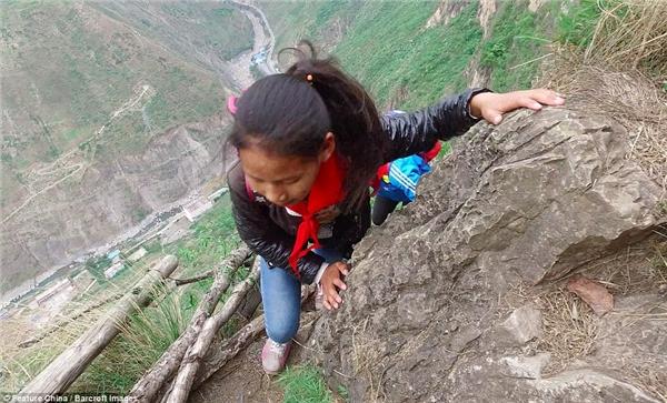 Đường từ trường đến nhà các em phải vượt qua những vách đá chông chênh này.