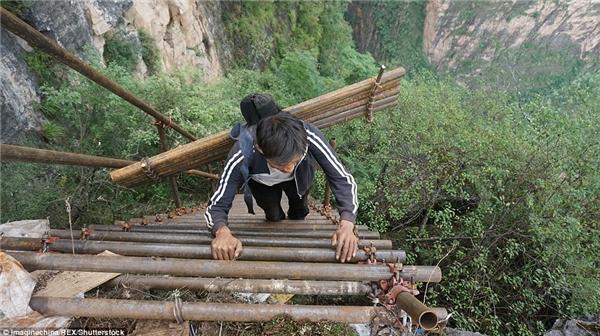 Đường tới trường nguy hiểm nhất thế giới của các em tại làng vách đá