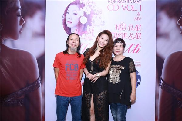 Nhân dịp ra mắt sản phẩm mới, Huỳnh Mi đã nhận được nhiều lời chúc mừng của các đồng nghiệp thân thiết. Trong ảnh là thầy giáo và cô giáo:nhạc sĩ Chu Minh Ký và vợ - cô Hồng Vân - cũng đến chung vui với học trò.