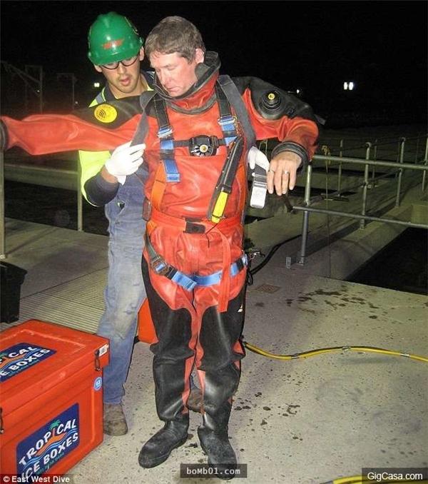 Trước khi bắt đầu công việc, Brendan khoác lên mình bộ đồ phủ kín toàn thân dành cho thợ lặn và đeo ống dưỡng khí.