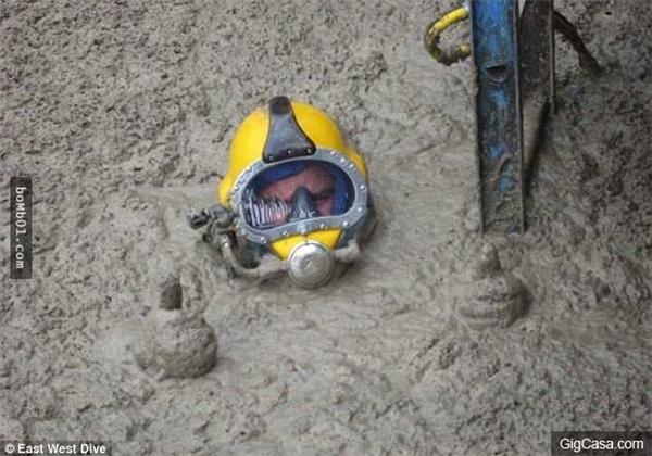 Anh chàng phải lặn ngụp xuống sâu bên dưới bể phân mới có thể tìm được nguyên nhân hỏng hóc máy móc.