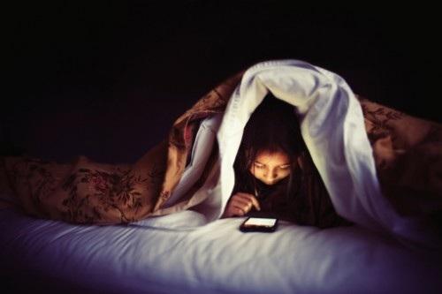 Cô dâu dùng mạng xã hội là lí do chú rể đòi li hôn. (Ảnh: minh họa)