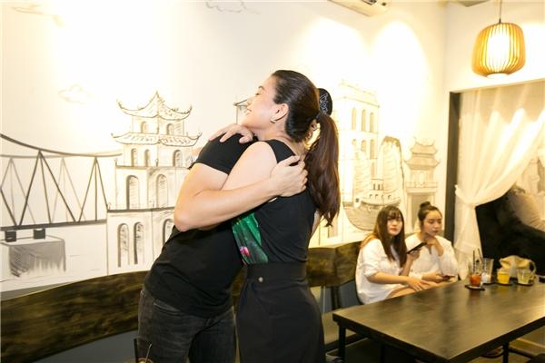"""Bất ngờ gặp lại """"đàn em"""" Harry Lu, Trương Ngọc Ánh mừng rỡ ôm chầm lấy anh. Cả hai từng có việc hợp tác chung trong dự án phim điện ảnh Hương Ga."""