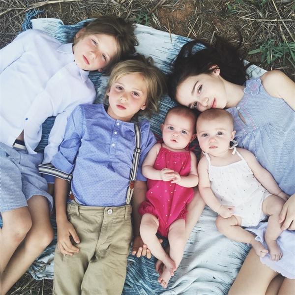 Ngất ngây với gia đình 7 thành viên đẹp đến hút hồn
