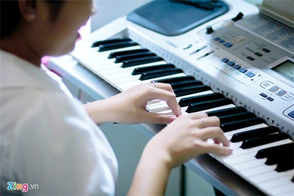 Khi Thiện Nhân rời quê lên TP.HCM học tập, một người anh đã tặng lại cô bécây đàn cũ nhằmđể giúp emthỏa niềm đam mê âm nhạc.Tuy nhiên, Thiện Nhânthành thật cho biết do không có nhiều thời gian học nên đến nay vẫn chưa thể sử dụng thành thạo. - Tin sao Viet - Tin tuc sao Viet - Scandal sao Viet - Tin tuc cua Sao - Tin cua Sao