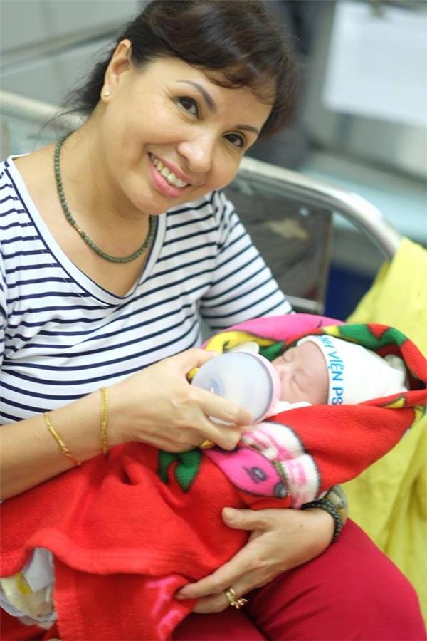 Mẹ Hồng Quế giúp đỡ con gái chăm cháu ngoại trong những tháng đầu sau khi sinh. - Tin sao Viet - Tin tuc sao Viet - Scandal sao Viet - Tin tuc cua Sao - Tin cua Sao
