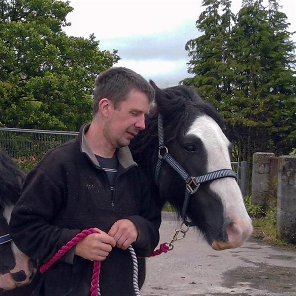 Matthew và Georgia rất thích cưỡi ngựa.