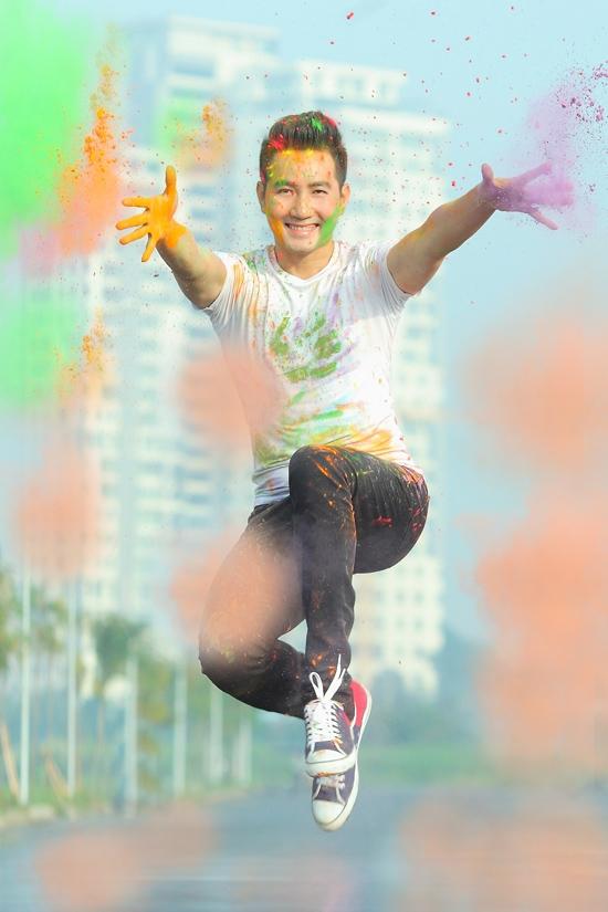"""Để quảng bá sản phẩm lần này, Nguyễn Phi Hùng thực hiện bộ ảnh phá cách, với hình ảnh năng động, trẻ trung.Giọng ca """"Nhớ gấp ngàn lần hơn"""" chia sẻ, để có hình ảnh mới này, anh đã trải qua quá trình tập luyện nhảy múa, võ thuật, yoga suốt thời gian qua và luôn duy trì nó."""