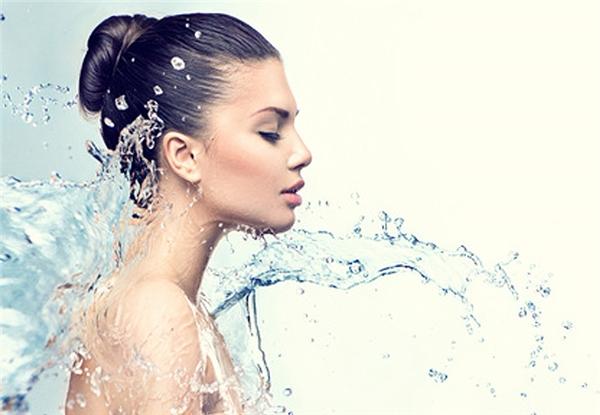 Nước giúp da luôn căng mọng, sáng màu.