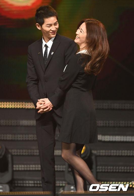 Cả hai liên tục trò chuyện trên sân khấu