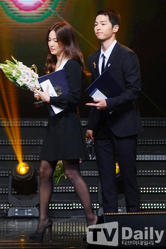 Hành động ga lăng của Song Joong Ki dành cho Song Hye Kyo gây chú ý