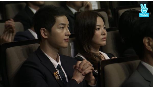 Cả hai vô cùng đẹp đôi khi ngồi cạnh nhau