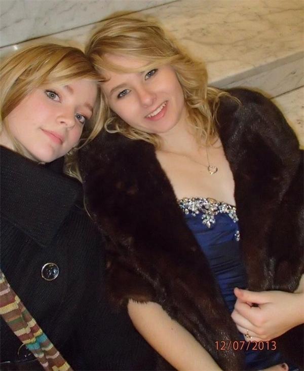Bức ảnh cuối cùng của Hope (phải), chụp cùng bạn thân của mình tại một buổi vũ hội của trường trung học, trước khi cô qua đời trong một vụ tai nạn ô tô nghiêm trọng, khiến người văng ra khỏi buồng lái. Nếu còn sống, giờ này cô gái đã được 21 tuổi.