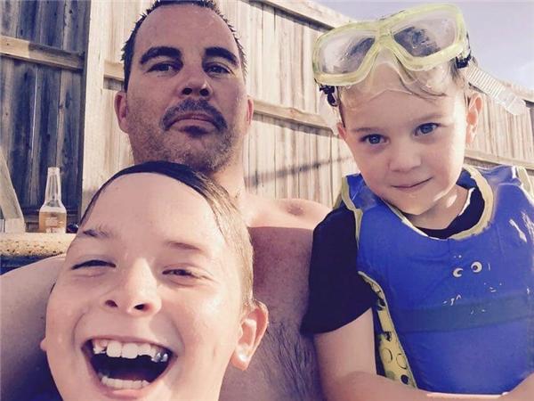 Hai cậu con trai nhỏ vui vẻ chụp ảnh cùng bố tại bể bơi, hoàn toàn không hề hay biết rằng đây là tấm ảnh cuối cùng họ được chụp với bố vì ông qua đời không lâu sau đó vì bị trụy tim, khi chỉ 36 tuổi.