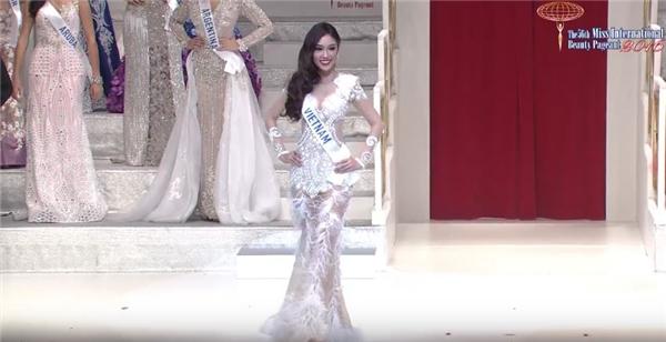 Phương Linh trình diễn váy dạ hội trong buổi chung kết.