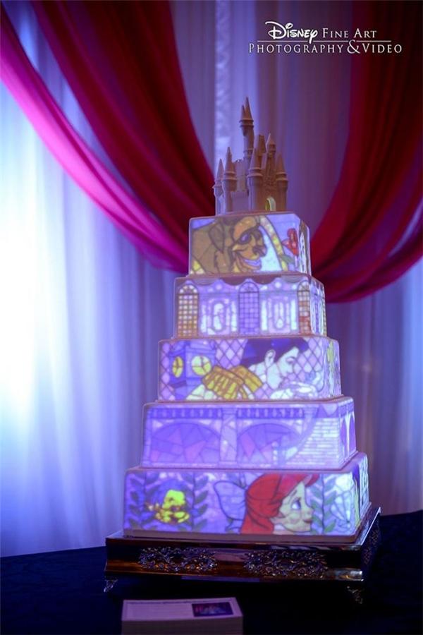 Chiếc bánh cưới vi diệu với những nhân vật cổ tích hiện ra lấp lánh