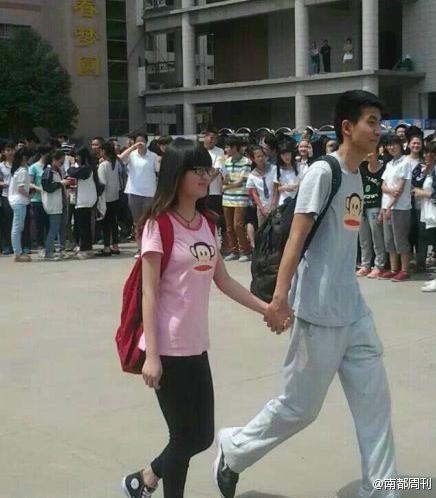 Trườngnghiêm cấm các sinh viên của trường thể hiện tình cảm thân mật nơi công cộng khiến sinh viên vô cùng bức xúc.